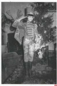 57. Домашний маскарад. Девочка-подросток в костюме гусара. 1978 г. Кишинев. Архив И. Веселовой